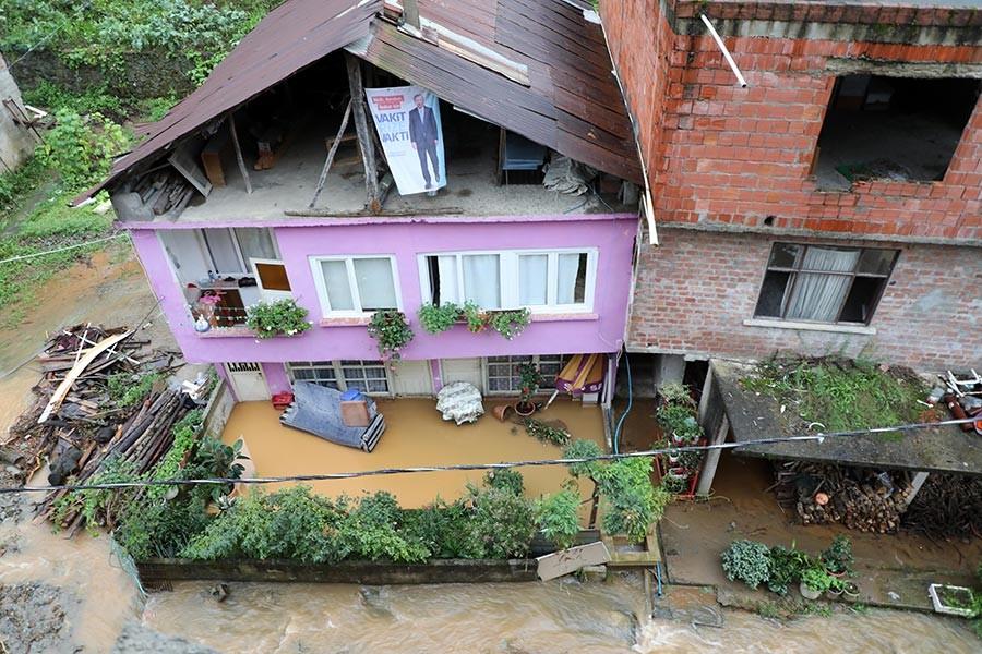 Rize'de şiddetli yağış sonrası sel ve heyelan meydan geldi