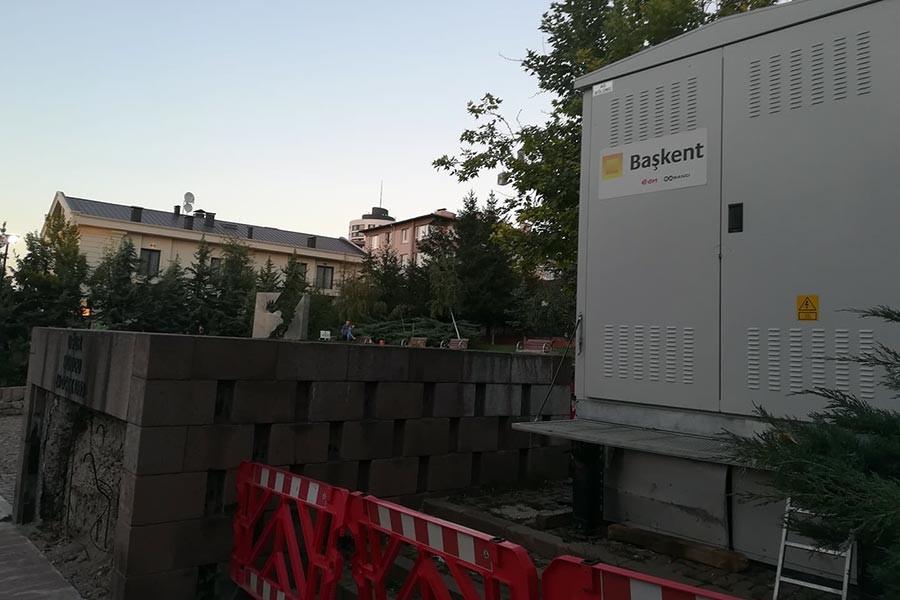 Uğur Mumcu anıtının hemen yanına Başkent Elektrik'in trafosu dikildi