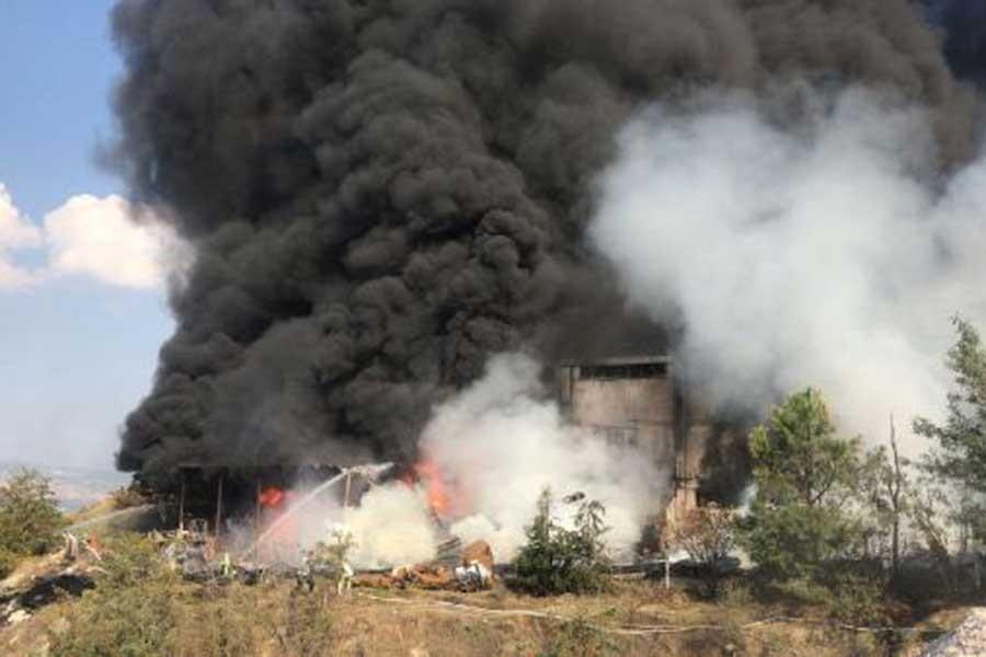 Denizli'de nakliye deposundaki yangın 7 saatte söndürüldü