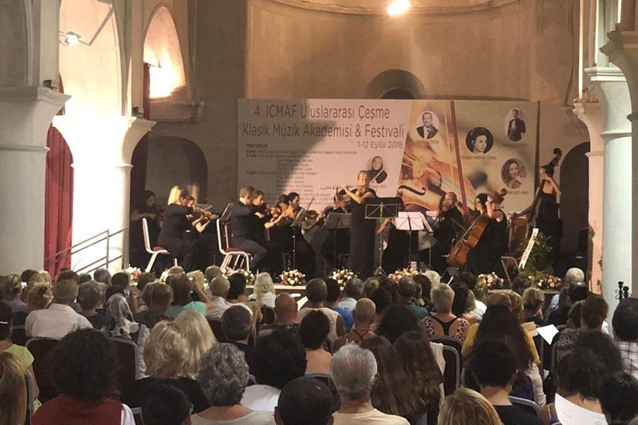 Çeşme'de, tarihi kilisede klasik müzik dinletisi