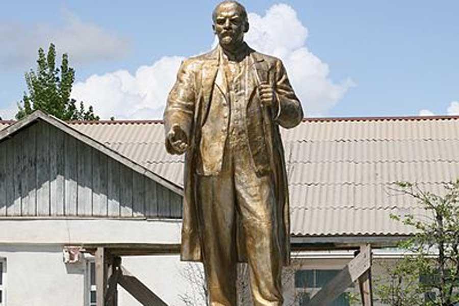 Tacikistan'da din adamları, Lenin heykelini restore ettirdi