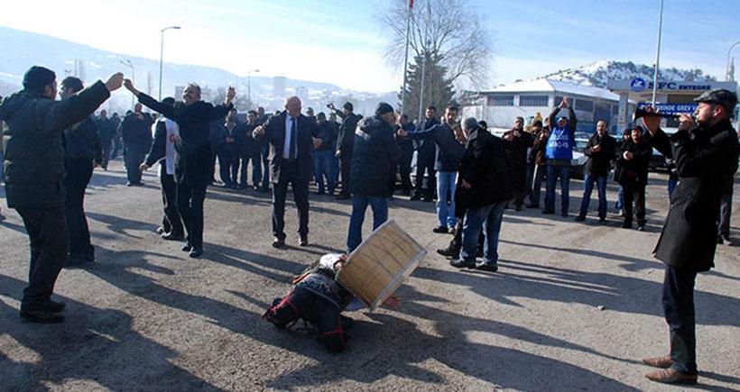 Grevdeki ağaç fabrikası işçileri yol kapattı