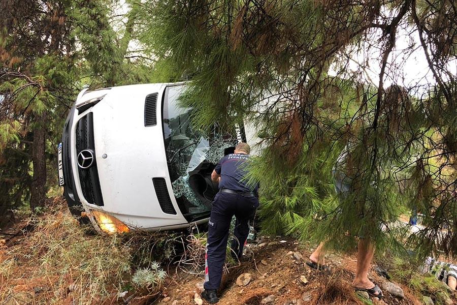 Kemer'de tur minibüsü devrildi, 2 kişi hayatını kaybetti