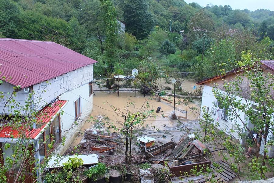 Kasırga daha gelmedi: Yağmur pek çok yerde hayatı felç etti