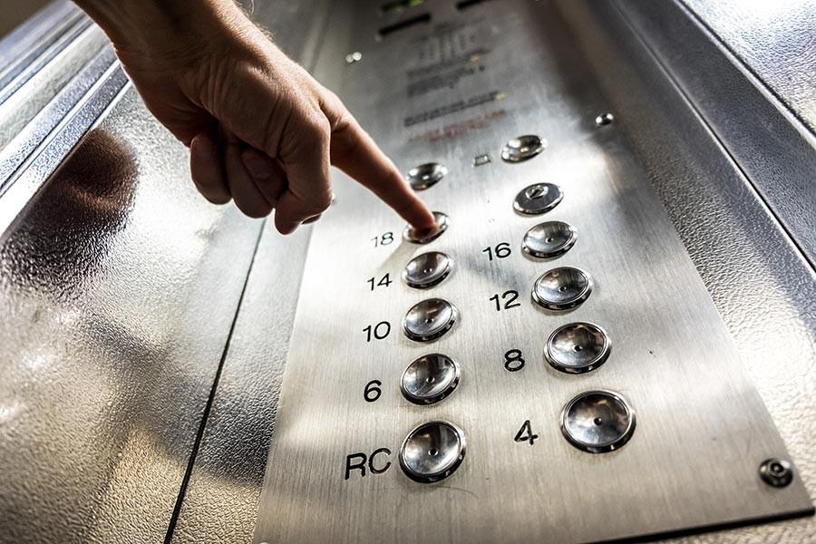 Asansörde 3 gün mahsur kaldı