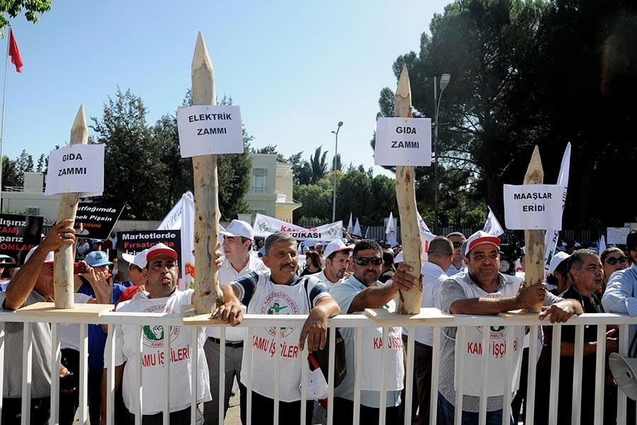 Ellerinde kazıklarla Meclis önünde zamları protesto ettiler