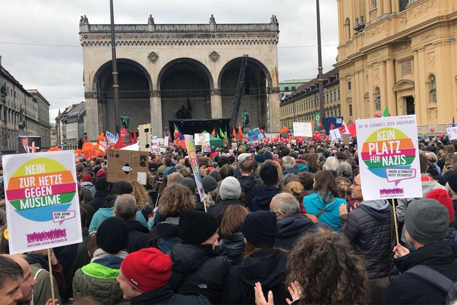 Münih'te binlerce kişi AfD'nin Meclise girmesini protesto etti