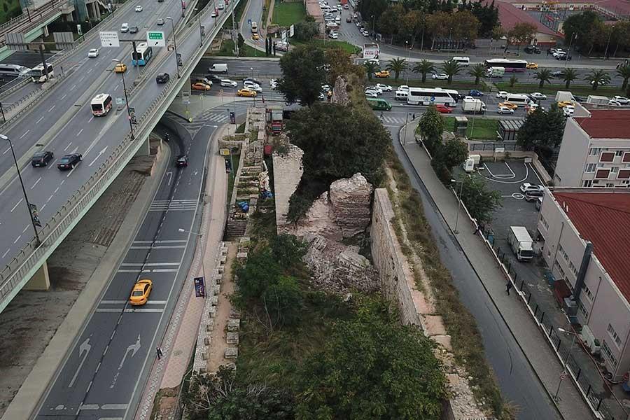 İstanbul'da tarihi surlarda çökme