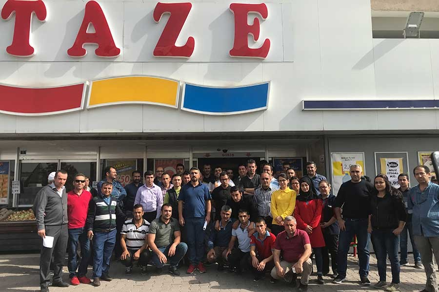 Kayseri'de işten atılan Makro-Taze Market çalışanları haklarını arıyor