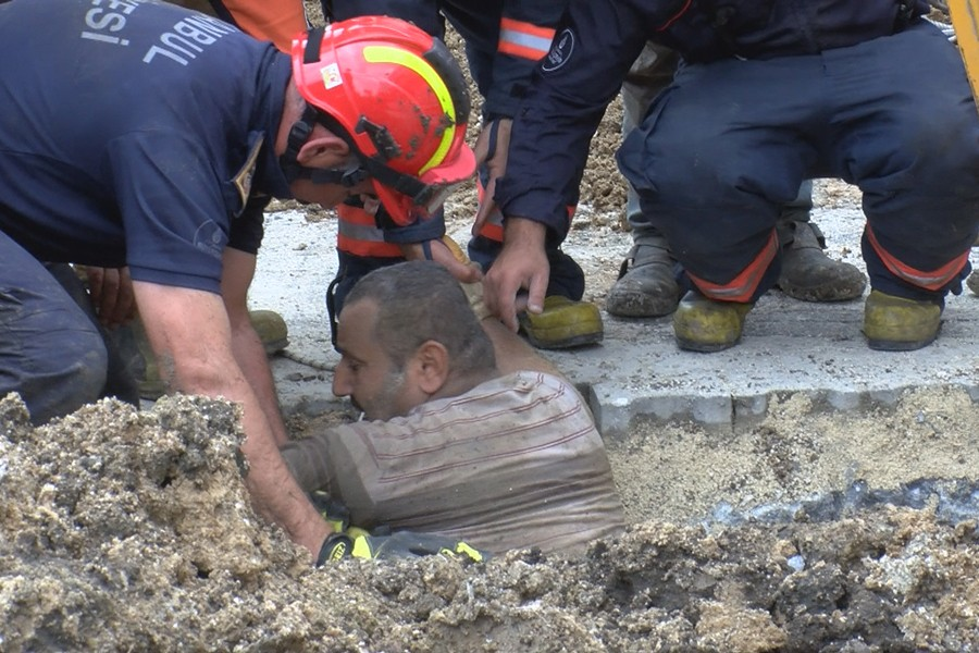 Beylikdüzü'de toprak altında kalan işçi kurtarıldı