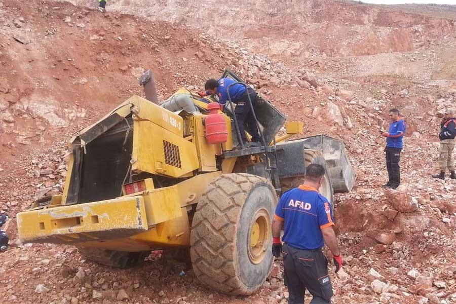 Elazığ'da devrilen iş makinesinin operatörü yaşamını yitirdi