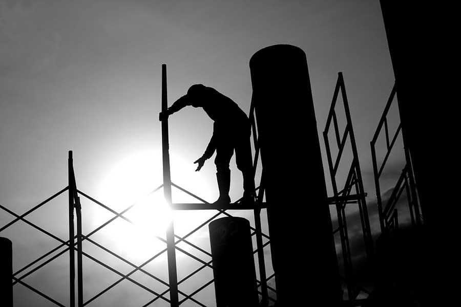 Göğe uzanan yapılar, toprağa gömülen işçiler