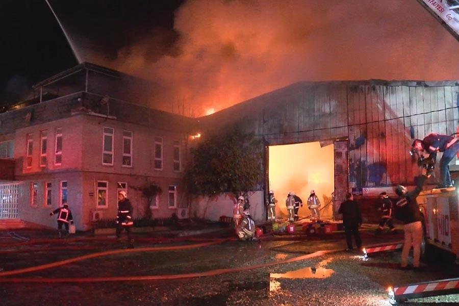 Arnavutköy'de tekstil geri dönüşüm fabrikası yandı