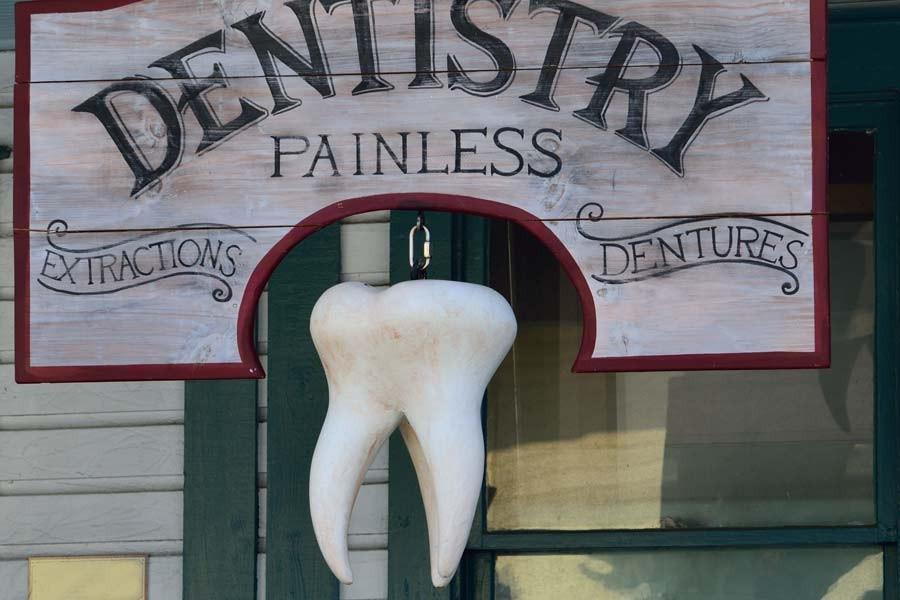 Diş hekiminin duvarında bin adet diş bulundu