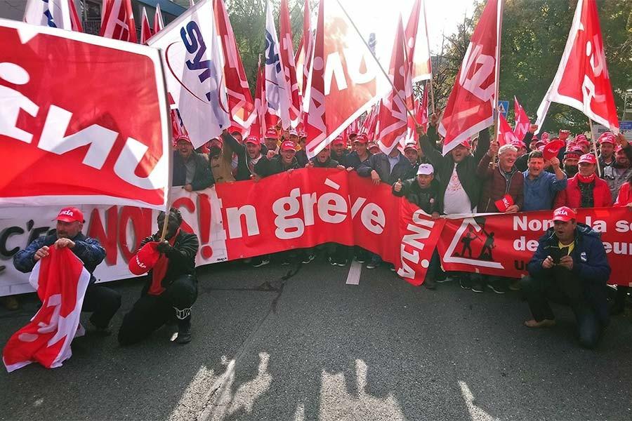İsviçre'de inşaat işçileri hak gasbına karşı direniyor