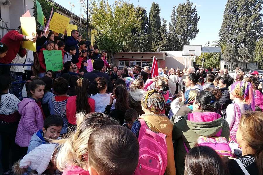 Veliler zamansız okul yıkımını protesto ettiler