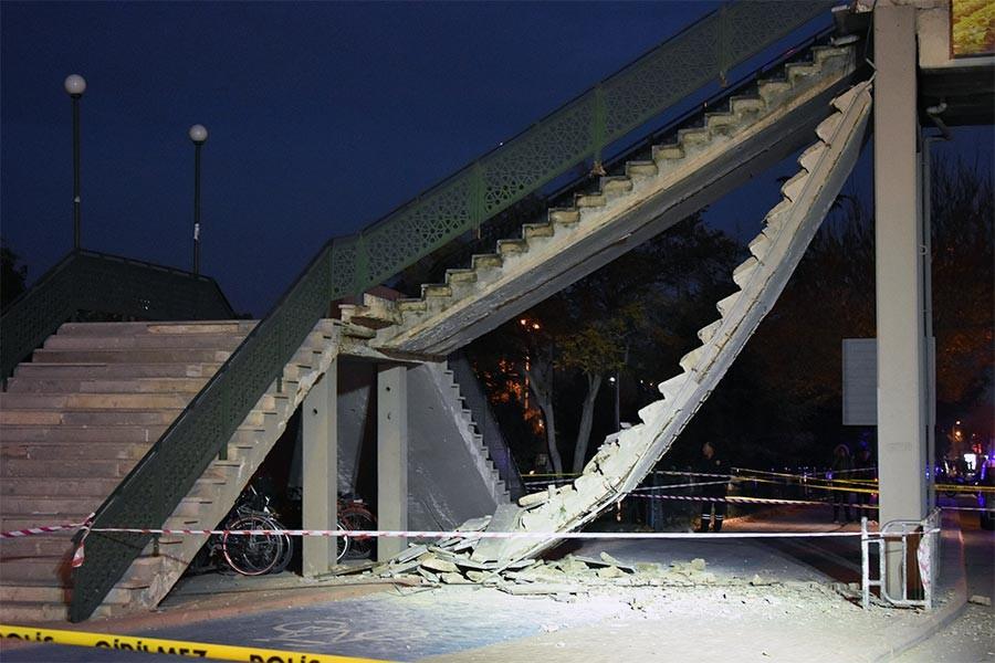 Üst geçidin merdivenleri çöktü: 1'i çocuk 2 yaralı