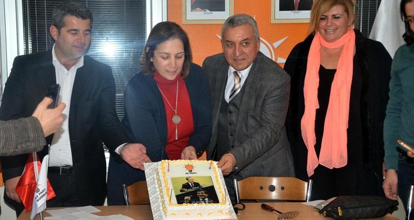 Erdoğan ve Davutoğlu için gıyabında doğum günü kutlaması