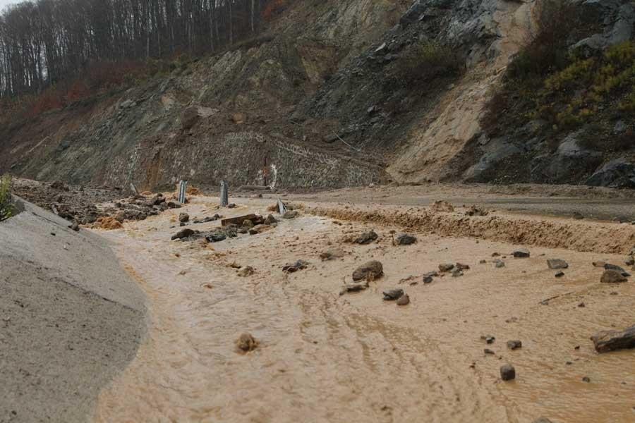 Demirköy'de yağmur sonrası toprak kayması meydana geldi