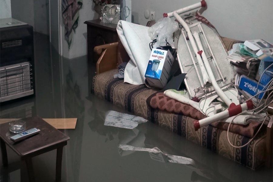 Sultangazi'de evleri su bastı