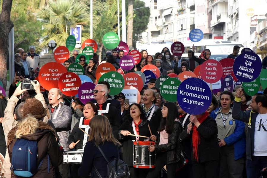 İzmir'de engelliler hakları için yürüdü
