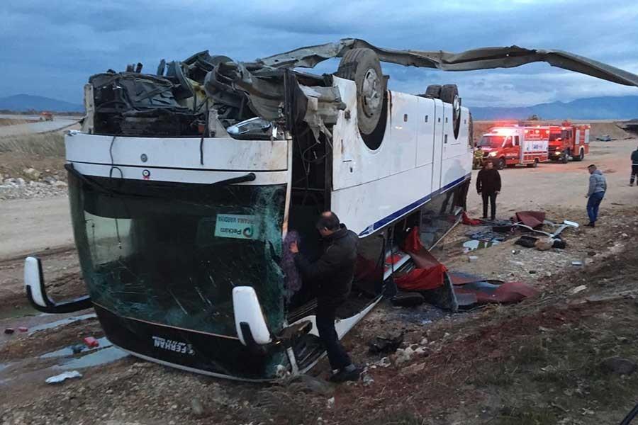 İzmir'de işçileri taşıyan servis kaza yaptı, çok sayıda yaralı var