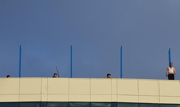Paralarını alamayan işçiler Diyanet Vakfı'na ait yurdun çatısında eylemde