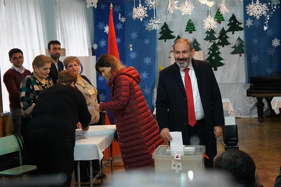 Ermenistan'da erken seçimin galibi Nikol Paşinyan oldu