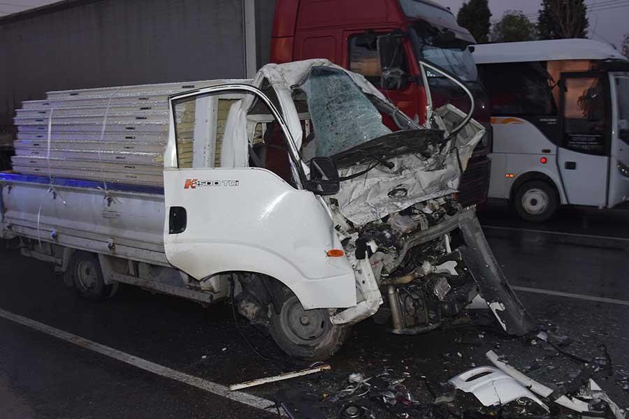 TIR'a çarpan kamyonetin sürücüsü hayatını kaybetti