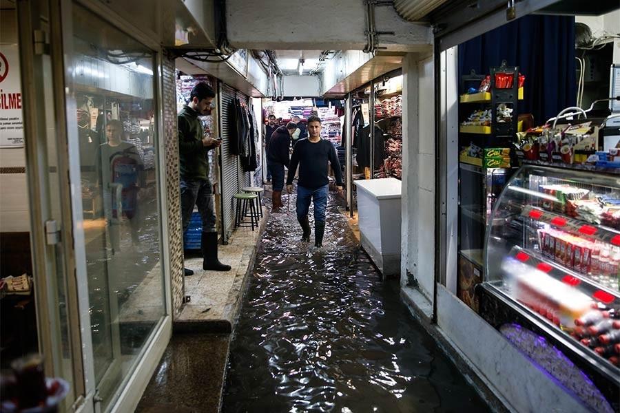 Yağmur Ege'de etkili oldu: Ev ve iş yerlerini su bastı