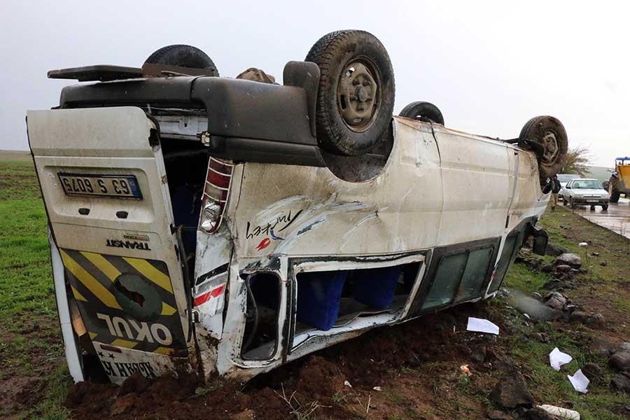 Urfa'da öğretmenleri taşıyan minibüs devrildi, 13 kişi yaralandı