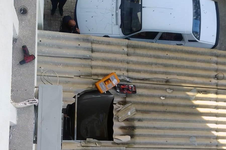 Klima tamircileri ikinci kattan otomobilin üzerine düştü