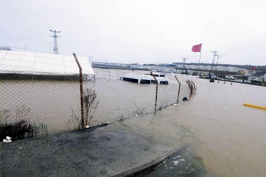 İstanbul'da kar başladı, sağanak su baskınlarına neden oldu