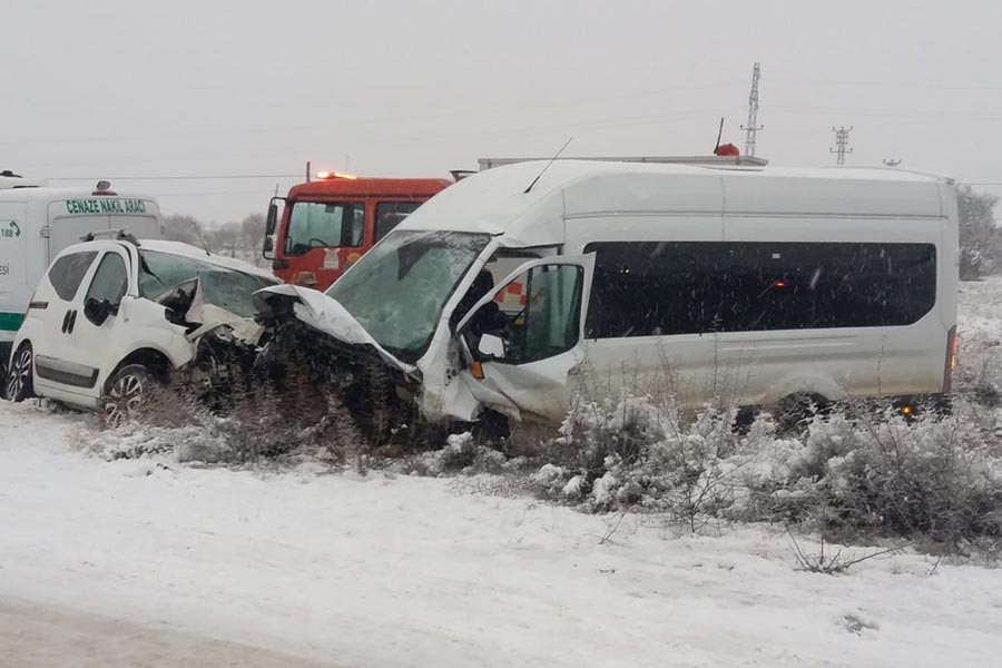 Mardin'de yolcu minibüsü ile otomobilçarpıştı: 2 ölü, 16 yaralı