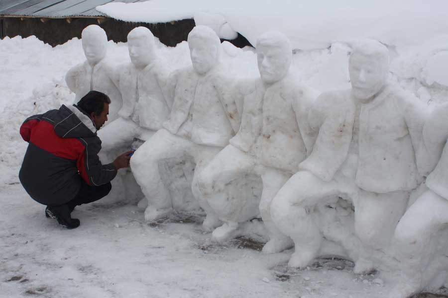 Adıyaman'da bir heykeltıraş kardan folklor ekibi yaptı