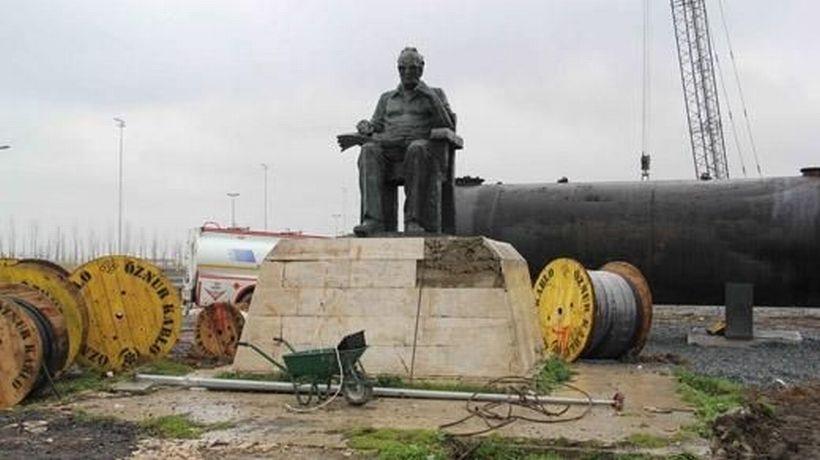 Yaşar Kemal heykeli moloz yığınları arasında