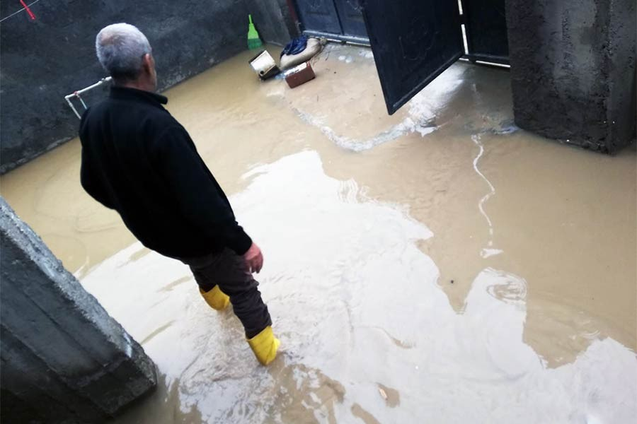 Nusaybin'de sağanak: Evlere lağım suyu doldu