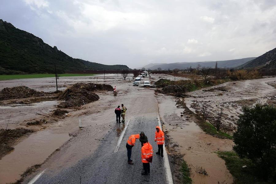 Tire-Selçuk karayolu taşkın nedeniyle ulaşıma kapandı