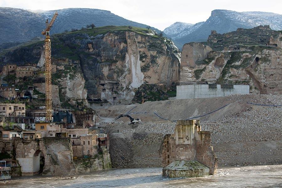 Hasankeyf'te tarihi kale duvarları betonla kaplanıyor