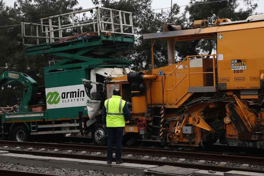Tren hattında iki iş makinesi çarpıştı: 2 işçi yaralı