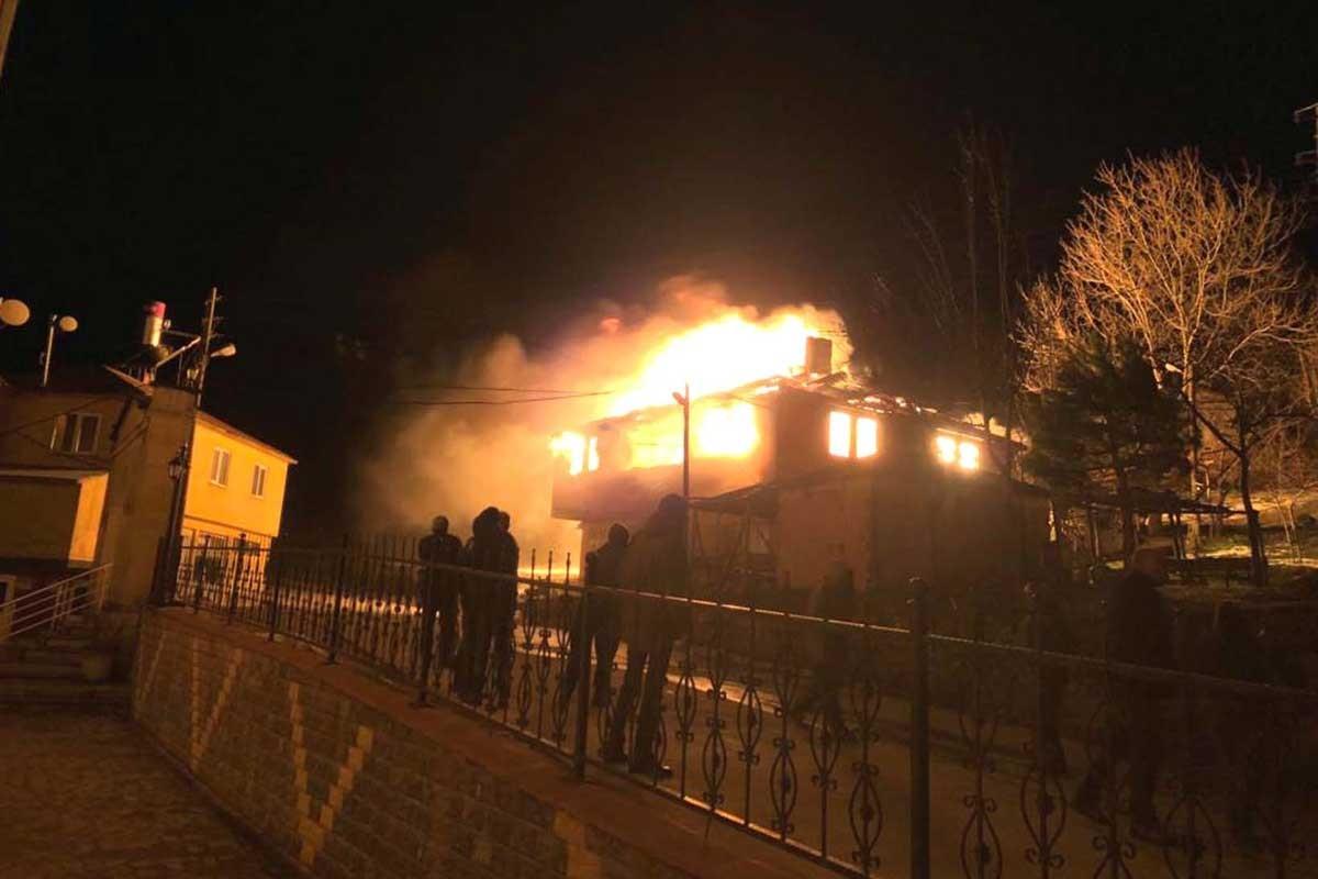 Trabzon'da itfaiye olmayan bir ilçede, 2 katlı bina alev alev yandı