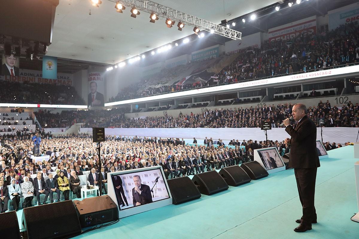 AKP seçim manifestosu: 25 yılda 'yeni bir düzen'den 'düzenin bekası'na