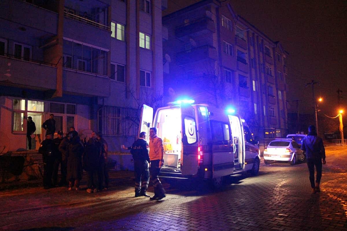 Uzaklaştırma kararına rağmen eve gelen erkek eşini bıçakla öldürdü