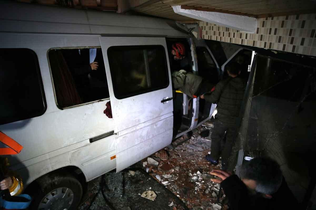 Düzce'de işçi servisi otomobile çarptı: 1'i ağır 12 kişi yaralı