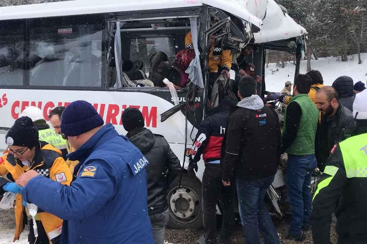 Kars'ta yolcu midibüsü ile TIR çarpıştı: 20 yaralı