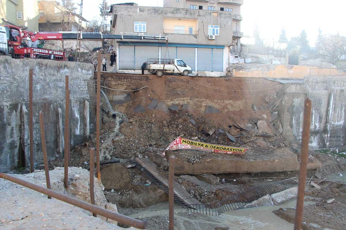 Şırnak'ta istinat duvarı çöktü, çevredeki binalar boşaltıldı