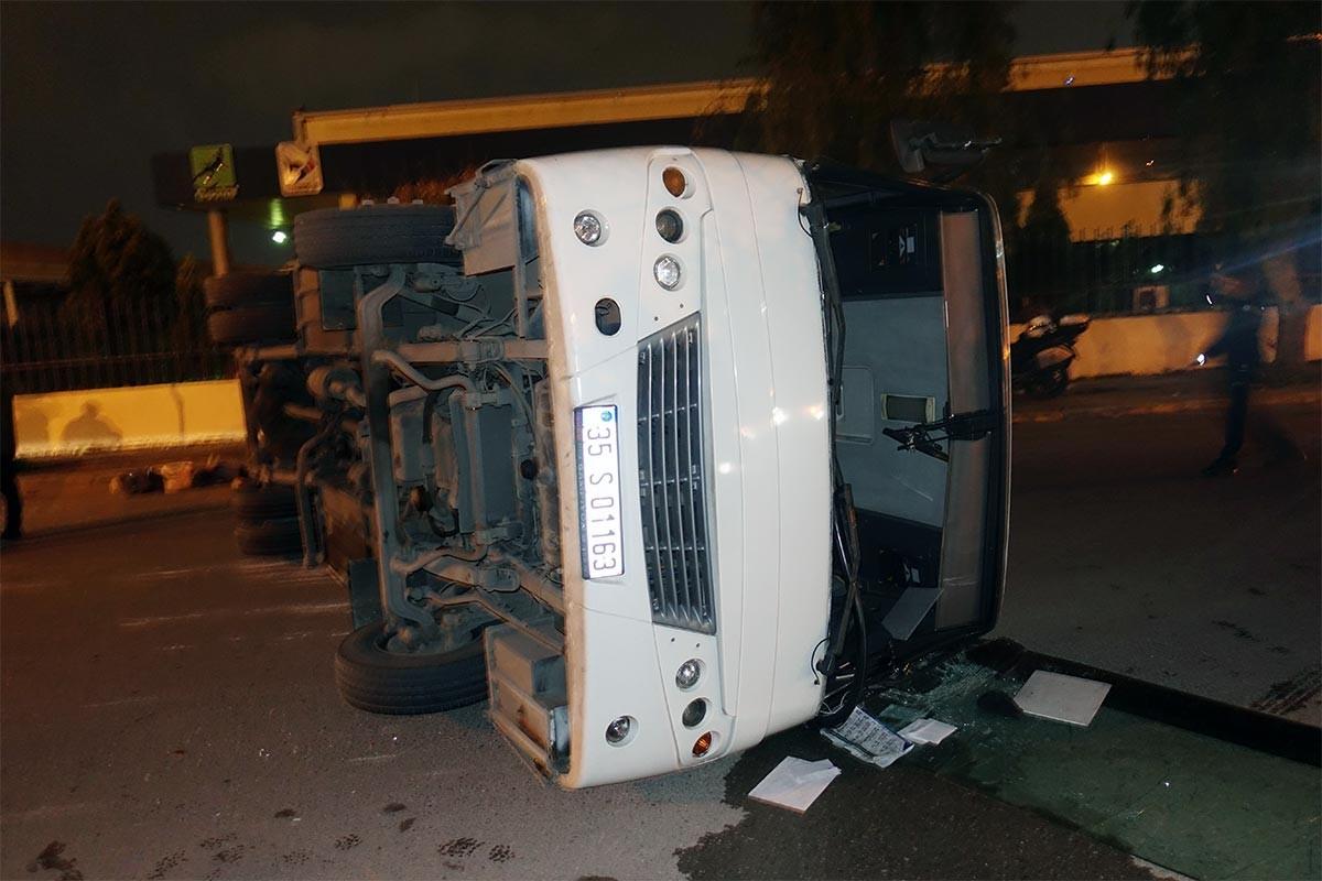 İzmir'de işçi servisiyle belediye otobüsü çarpıştı: 10 yaralı