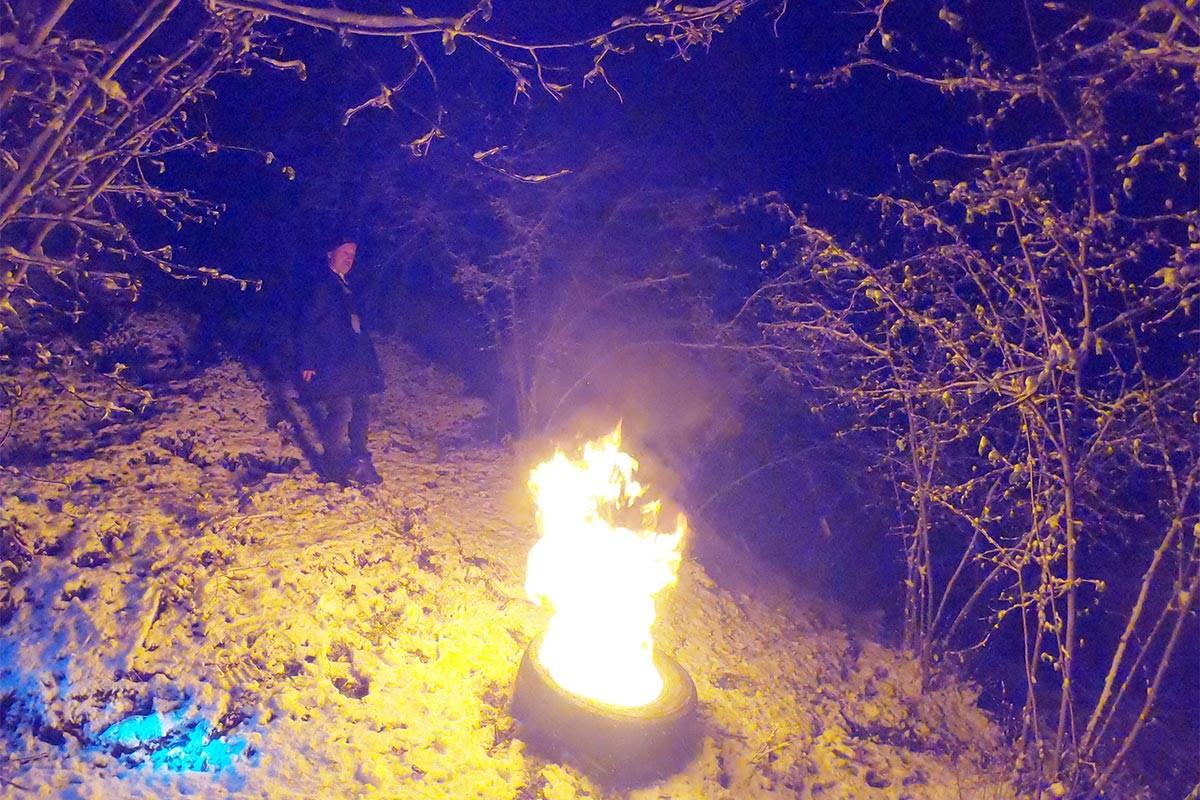Fındık üreticisi, don riskine karşı bahçelerde ateş yakıyor