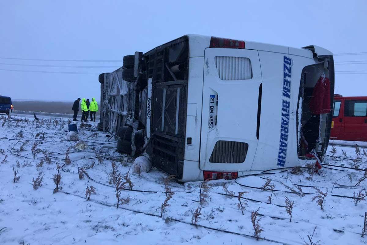 Konya'da yolcu otobüsü devrildi: 1 ölü, 17 yaralı