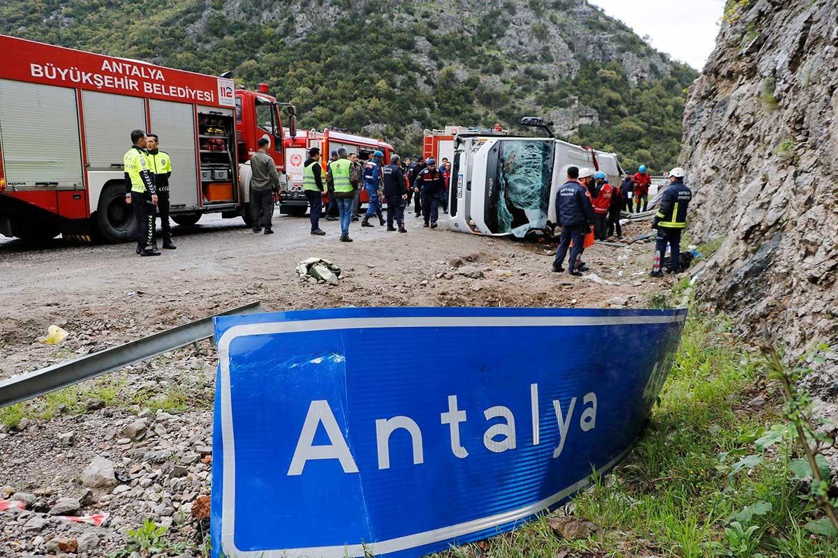 Antalya'da sporcuları taşıyan midibüs devrildi: 3 ölü, 17 yaralı